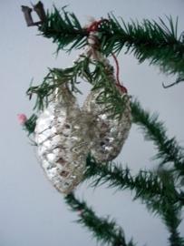 Oude antieke kerstbal / denneappels