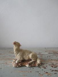 Oud schaapje van gips met chenille / flok
