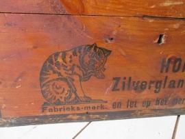 Oude kist met kat Sold