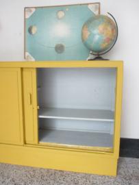 Oude schoolkast met schuifdeuren SOLD
