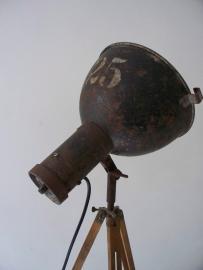 Industriele lamp op houten statief SOLD