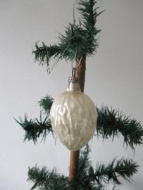 Oude antieke kerstbal walnoot