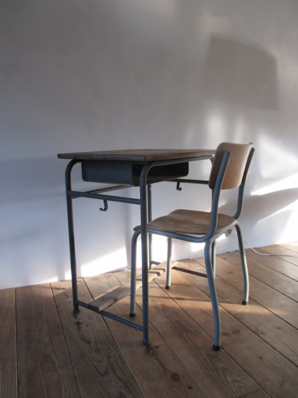 Oud School Tafeltje.Oud Bureautje Schooltafeltje Met Stoeltje Sold Sold Sjebbiez