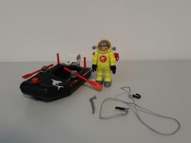 Duiker met rubberboot (13535)