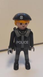 Politie agent grijs geel haar