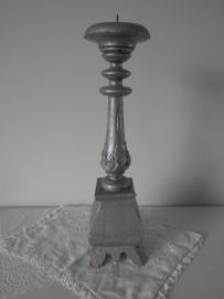 Zilverkleurige houten kaarskandelaar