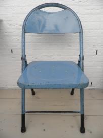 Blauwe ijzeren klapstoel