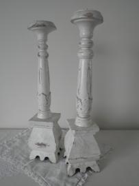2 Wit houten kaarskandelaars
