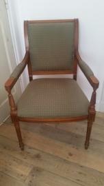 Mahonie houten stoel met armleuningen en groene bekleding