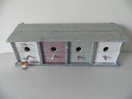 Gekleurd houten vogelhuis met 4 openingen