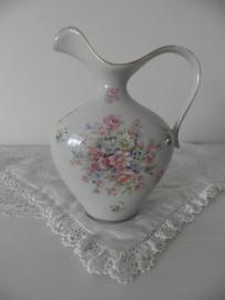Oud porseleinen kannetje met bloemen