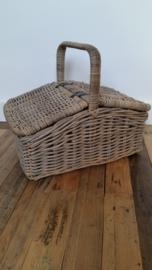 Rotan picknickmand met hengel en 2 kleppen VERKOCHT