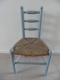 Grijs/blauw houten stoeltje met gevlochten zitting