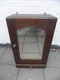 Oud houten medicijnkastje met spiegel en laadje VERKOCHT