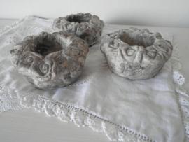 Stenen waxinehouders met roosjes