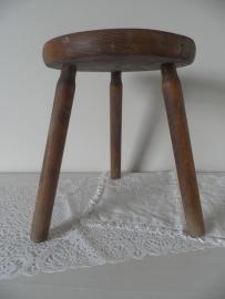 Rond houten melkkrukje VERKOCHT