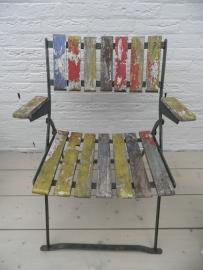 Verweerde ijzeren stoel met houten zitting en rug/arm leuning