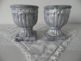 Kleine zilverkleurige bloempotjes op voet