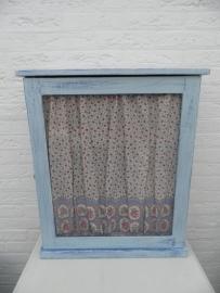 Blauw kastje met glas in het deurtje met gordijntje en 3 plankjes VERKOCHT