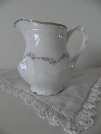 Oud porseleinen melkkannetje met bloemetjesmotief