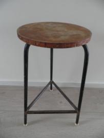 Oude kruk met ronde houten zitting en rechte ijzeren poten VERKOCHT