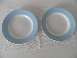 2 bordjes met licht blauwe rand van Villeroy & Boch