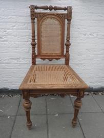 Houten bewerkte stoel met gevlochten zitvlak en rug