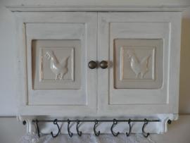 Houten wit wandkastje met 2 deurtjes en een rail met haakjes VERKOCHT