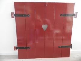 Rode houten luiken met hartje VERKOCHT