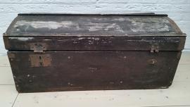 Grote oude zwarte houten kist