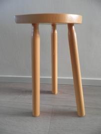 Oranje houten melkkrukje met vlakke kant