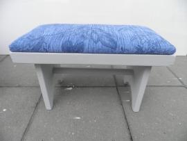 Klein houten voetbankje met blauw stof