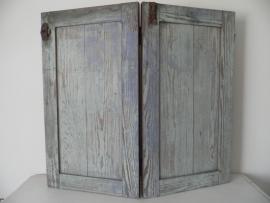 Oude houten dubbele luiken met draaislot en schuifslot VERKOCHT
