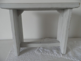 Licht grijs houten bankje