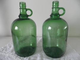 Groene glazen flesvaas met oor VERKOCHT