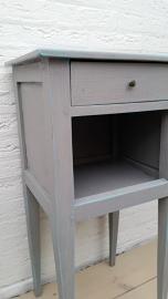 Grijs houten kastje met laatje en open vak