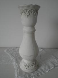 Witte aardewerk kaarskandelaar