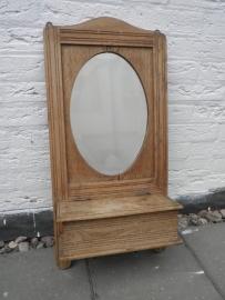 Houten wandkastje met ovale spiegel, bakje met klep en haakjes VERKOCHT
