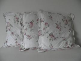 3 doorgestikte bloemenkussens met streepjes achterkant