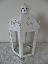 Wit ijzeren lantaarn met glazen raampjes en deurtje