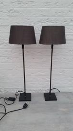 2 hoge ijzeren lampenpootjes met ovaal grijze lampenkapjes