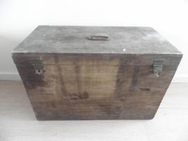 Grote houten kist met tekst aan binnekant van de klep VERKOCHT