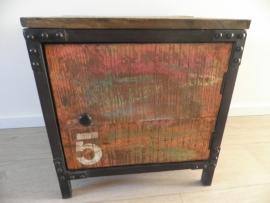 IJzeren kastje met gekleurd houten deur en bovenblad VERKOCHT