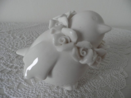 Klein wit porseleinen vogeltje met roosjes