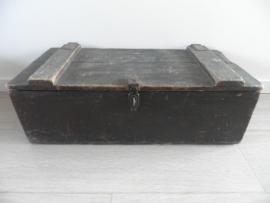 Donker houten kist met ijzeren handvatten aan de zijkant VERKOCHT