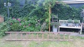 Oude smalle houten hoge ladder