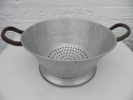 Vergiet met 2 roestige handvatten