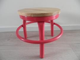 Roze ijzeren krukje met houten zitvlak