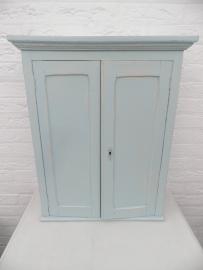 Lichtblauw wandkastje met 2 deurtjes en 3 plankjes VERKOCHT