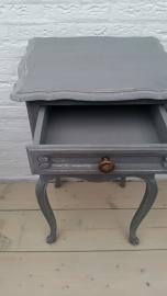 Mat donkergrijs houten nachtkastje met lade en open vak VERKOCHT